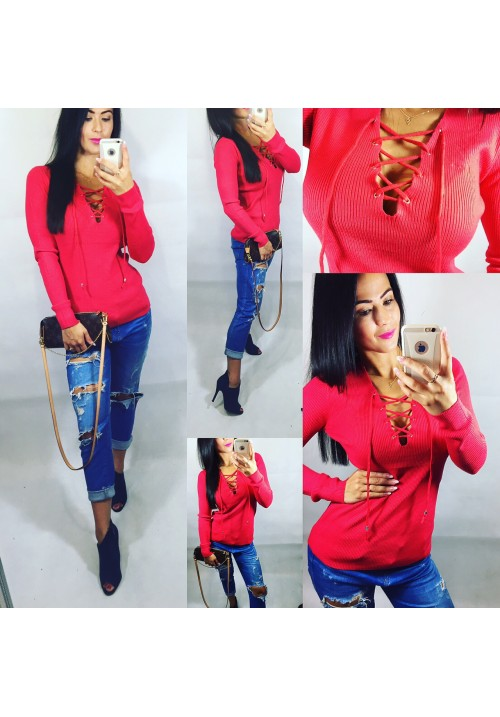 Červený svetr se šněrováním