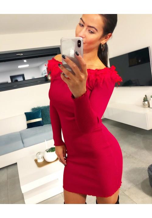 Vínovo-rudé šaty s pravým peřím