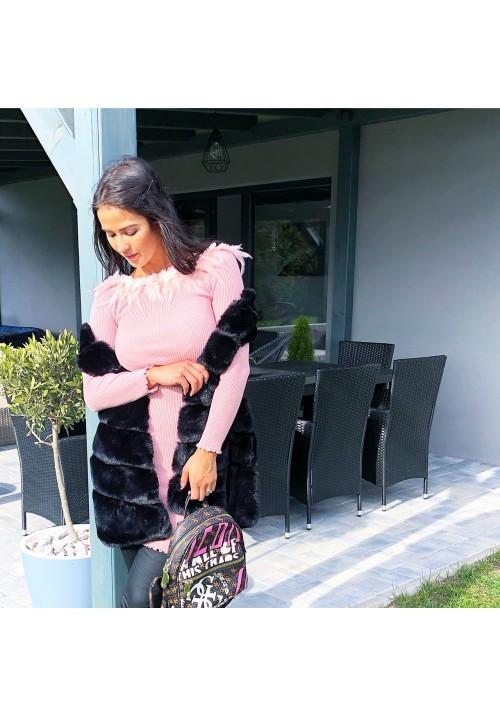 Růžové šaty s pravým peřím
